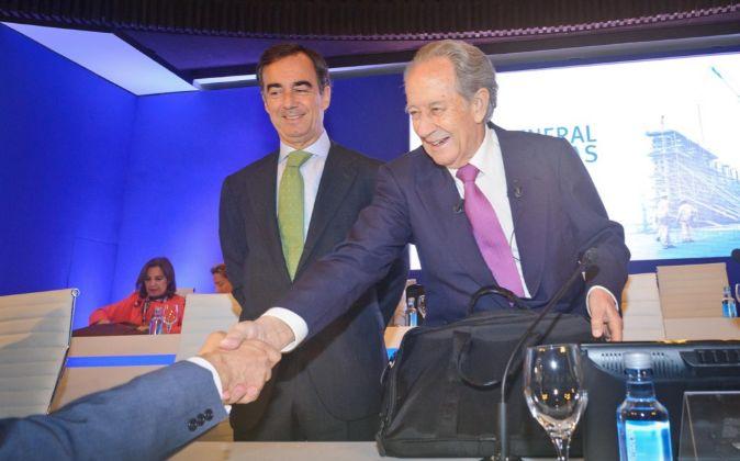 El presidente y fundador de OHL, Juan Miguel Villar Mir, y su hijo,...