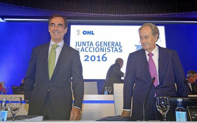 Juan Miguel Villar Mir (d) durante la rueda de prensa en la que...