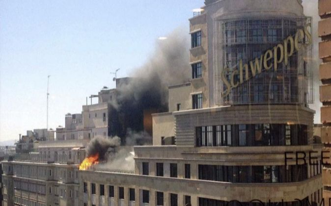 Imagen de la columna de humo que ha formado el incendio en el Edificio...