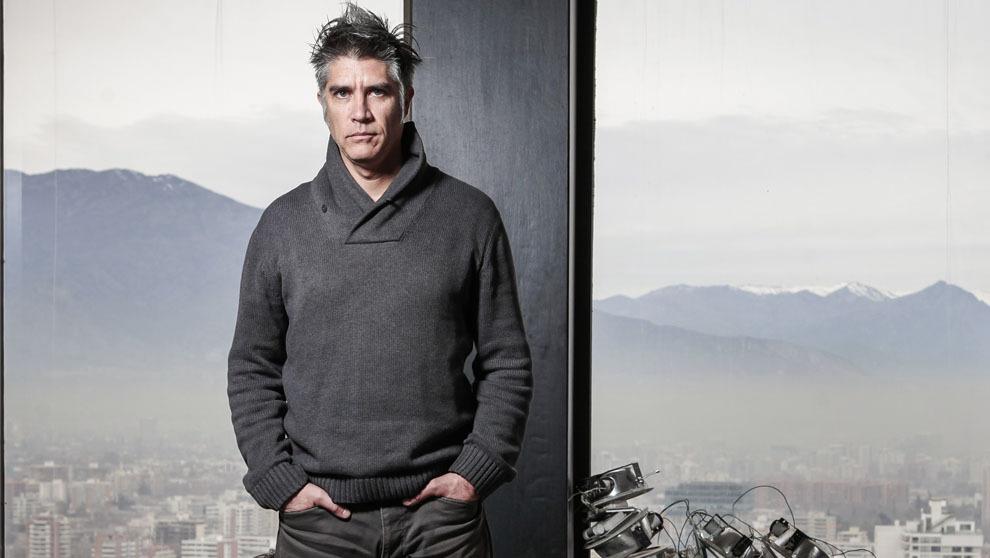 El arquitecto Alejandro Aravena posa en su estudio Elemental, en  la...