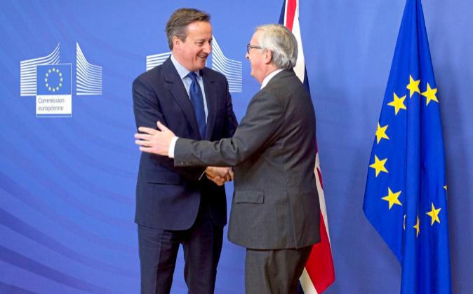 El primer ministro británico, David Cameron, junto al presidente de...