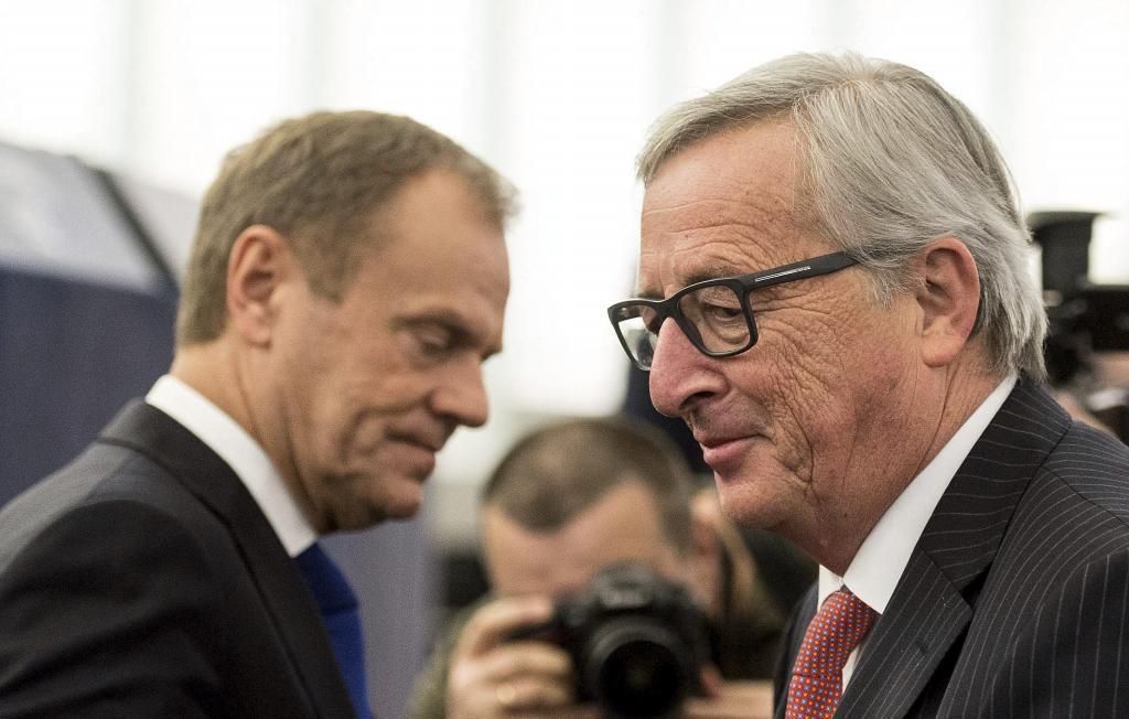 El presidente del Consejo Europeo, Donald Tusk (izda), y el presidente...