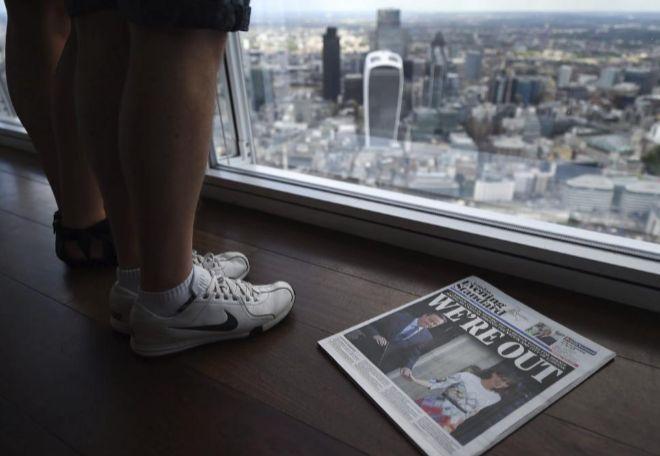 Vista general de la portada de un periódico que anuncia la salida de...