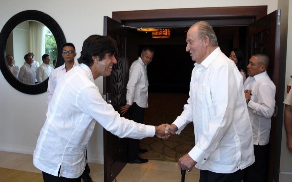 Juan Carlos I saluda al presidente de Sacyr, Manuel Manrique