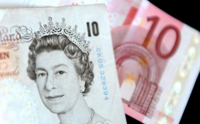 Imagen de billetes de 10 libras y de 10 euros