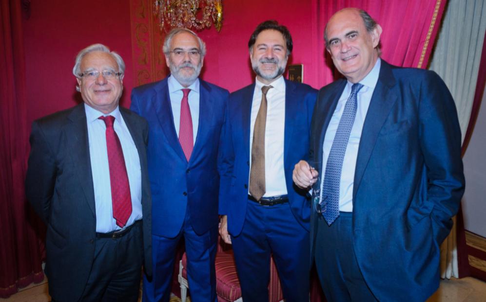 De izqda. a dcha., Ángel Bizcarrondo y Juan Pujol, miembro del...