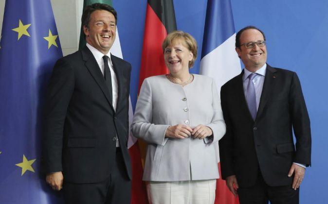 La canciller alemana, Angela Merkel (c), el presidente francés,...