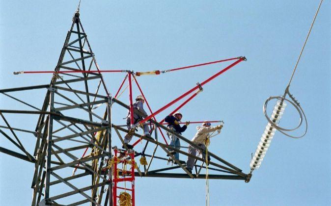 Imagen del mantenimiento de torres de alta tensión de Red Eléctrica