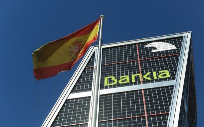 Imagen de una bandera de España delante del edificio de Bankia