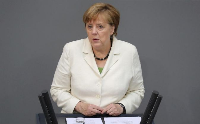 La canciller alemana, Angela Merkel, se dirige al Parlamento alemán...