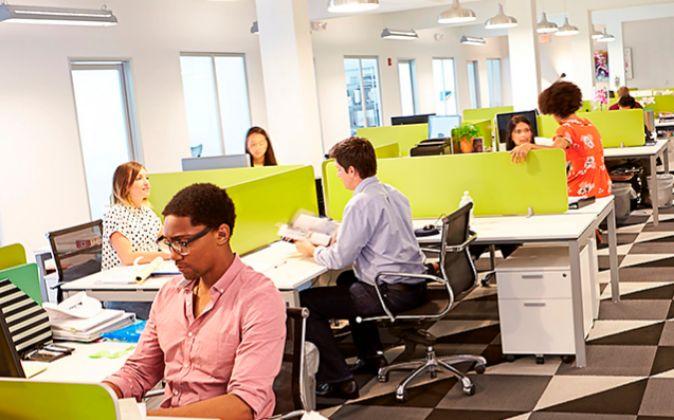 Las oficinas con espacios abiertos favorecen la descortesía.