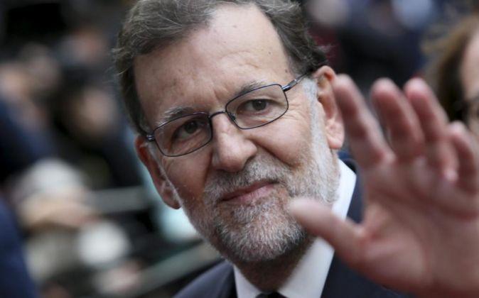 El presidente del Gobierno español en funciones, Mariano Rajoy (c).