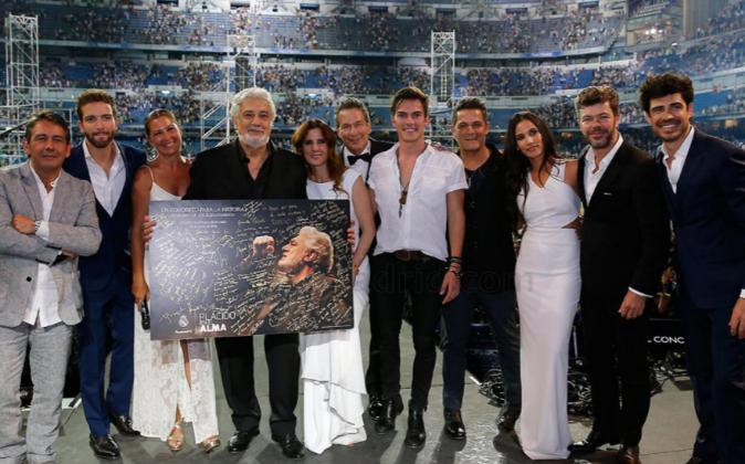 El tenor madrileño posa al final junto algunos de los artistas que...