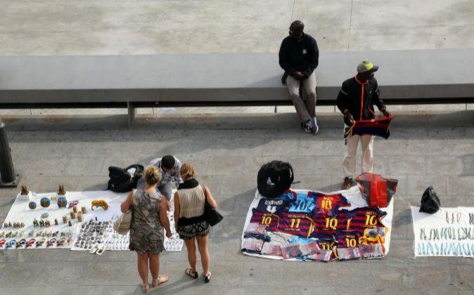 Vendedores en el Port Vell de Barcelona.