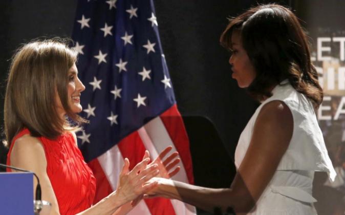 La reina Letizia aplaude a la primera dama de EEUU, Michelle Obama