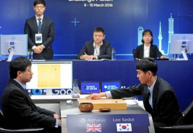 El coreano Lee Se-Don, jugando contra el ordenador Alphago de Google
