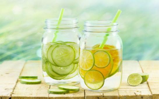 vaso de agua fria con limon en ayunas