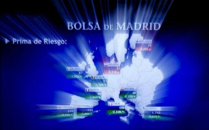 Imagen del monitor de la Bolsa de Madrid con las primas de riesgo en...