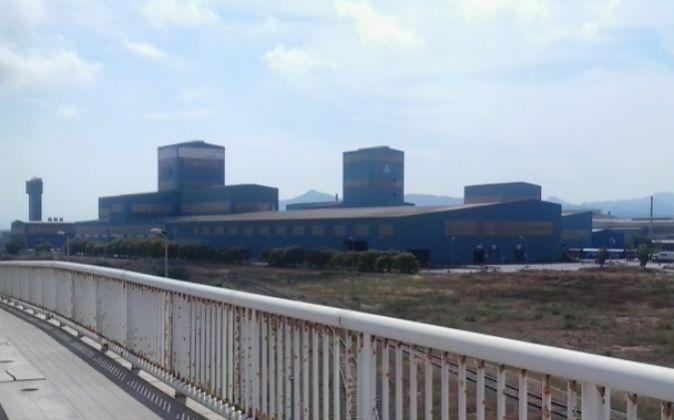 La planta de Galmed, junto a la de Arcelor que le suministra la...