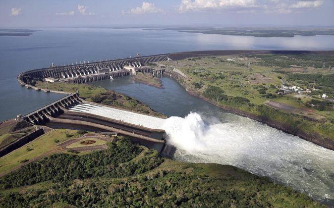 Represa de la central hidroeléctrica, Itaipú, compartida por...