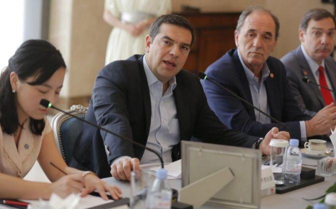 El primer ministro griego (c), Alexis Tsipras, habla durante su visita...