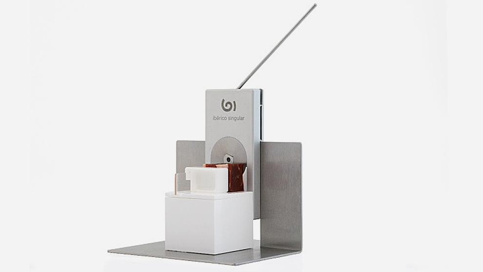 Fabricada en aluminio y acero inoxidable, la máquina +Singular...
