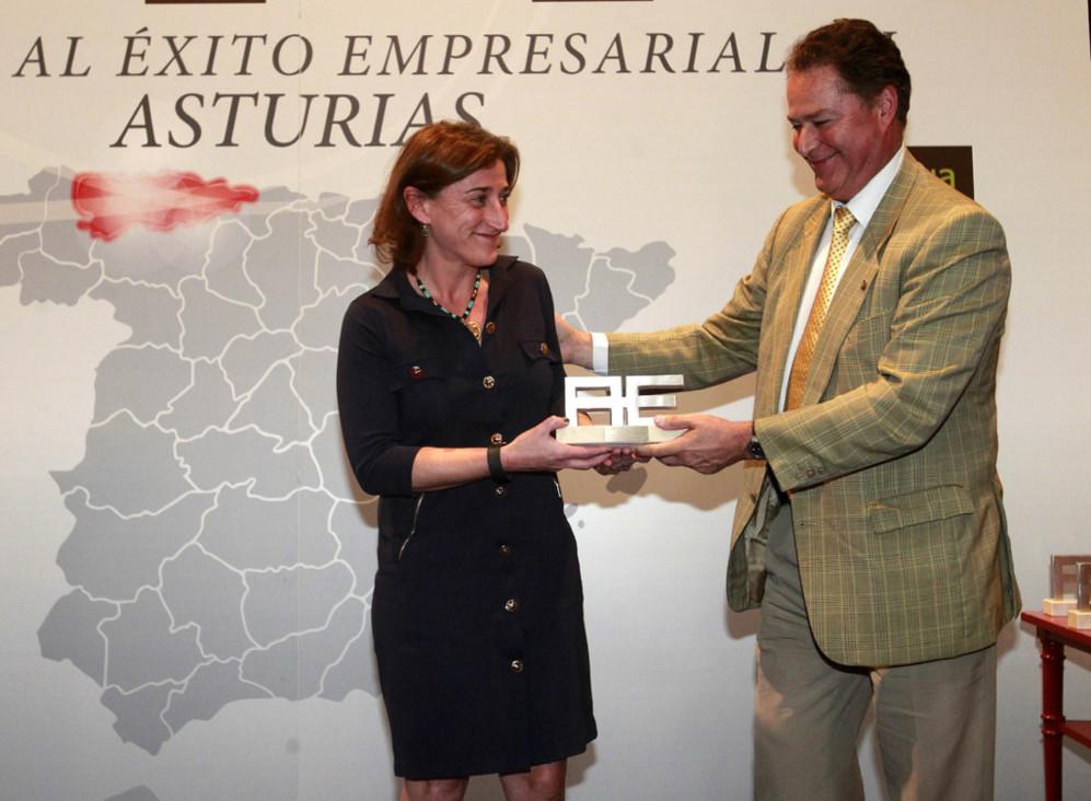Elsa Bermúdez Sánchez, directora de operaciones de GAM, recibe el...