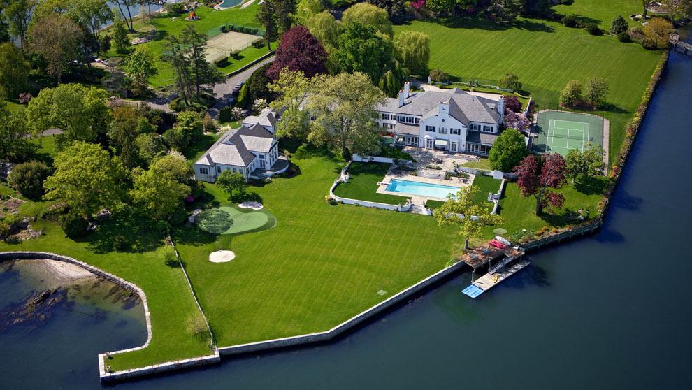 La mansión en la que vivió el republicano Donald Trump con su...
