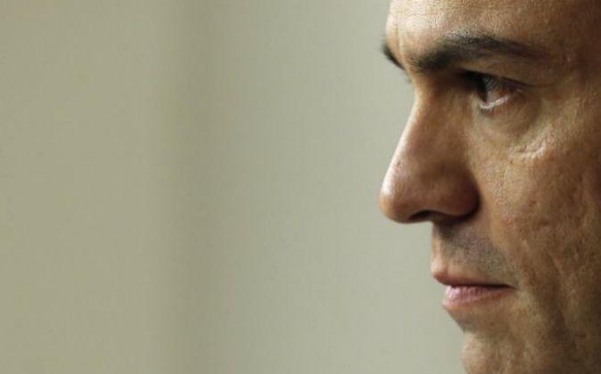 El secretario general del PSOE, Pedro Sánchez, tiene en su mano la...