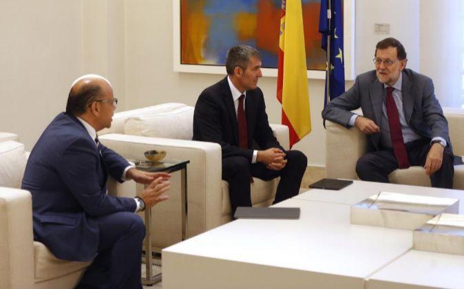 El presidente del Gobierno, Mariano Rajoy (d), conversa con el...