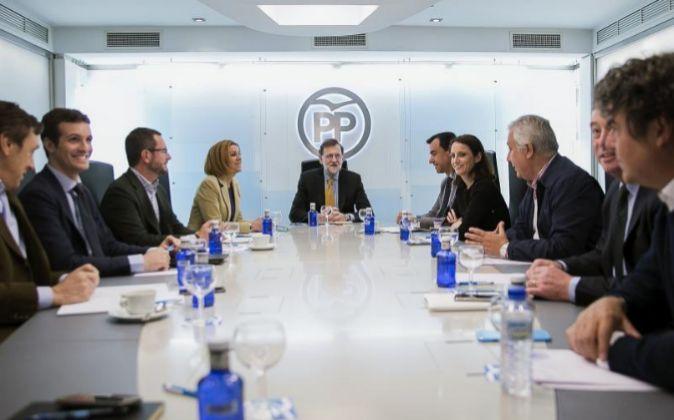 El presidente del Gobierno en funciones y presidente del PP, Mariano...