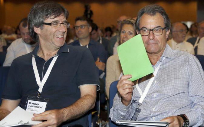 Carles Puigdemont y Artur Mas (d) durante la sesión de la segunda...