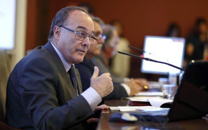 El gobernador del Banco de España, Luis M. Linde, durante la charla...