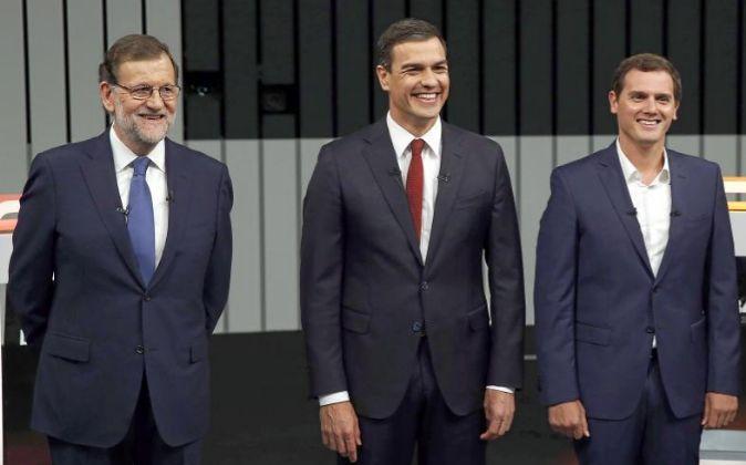 El presidente del Gobierno en funciones y del PP, Mariano Rajoy (i),...