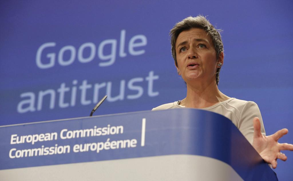 La comisaria europea de Competencia, Margrethe Vestager, da una rueda...