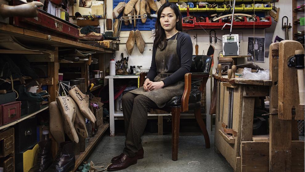 La zapatera Emiko Matsuda en el taller de Foster & Son.