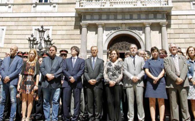 El presidente de la Generalitat, Carles Puigdemont, y su equipo, el...