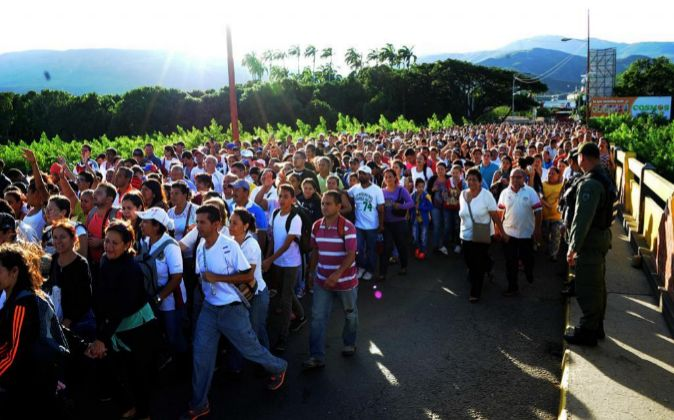 Fotografía fechada el 10 de julio de 2016 de venezolanos cruzando por...