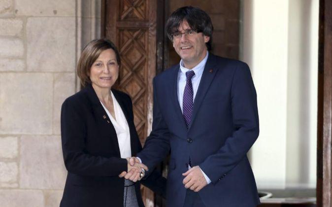 La presidenta del Parlament, Carme Forcadell, saluda al presidente de...