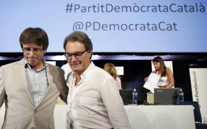 Artur Mas y el presidente de la Generalitat, Carles Puigdemont (i), al...