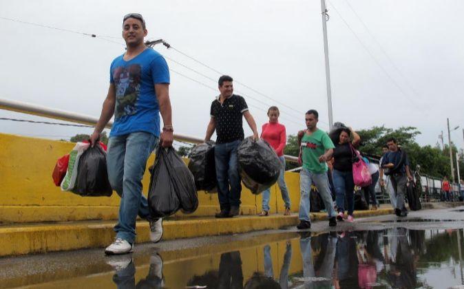 Un grupo de personas es visto durante el ingreso de ciudadanos...