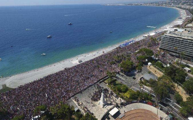 Vista aérea del Paseo de los Ingleses de Niza durante un minuto de...
