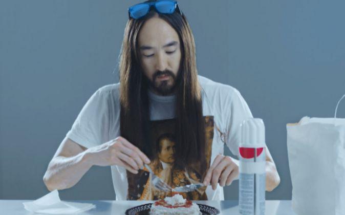 Una imagen del vídeo que ha grabado Steve Aoki emulando a Andy Warhol
