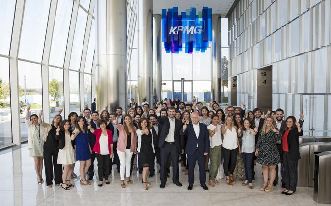 Hilario Albarracín, consejero delegado de KPMG, y el director de...