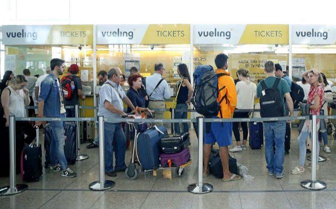 Colas para presentar reclamaciones a Vueling, en la Terminal 1 del...