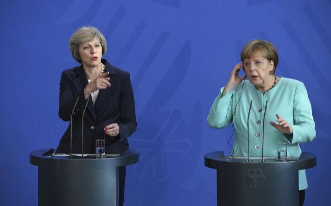 La canciller alemana, Angela Merkel, y la primera ministra británica,...
