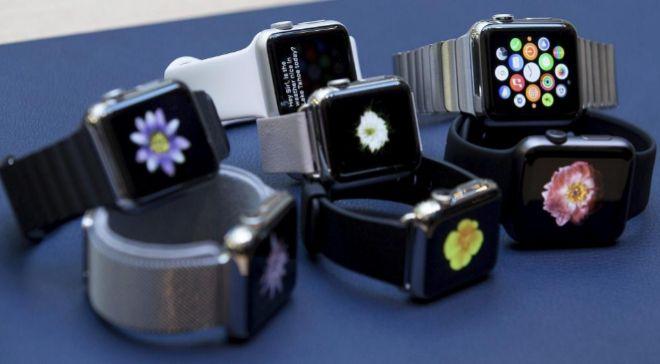 Detalle de varios relojes de pulsera Apple expuestos en la tienda de...