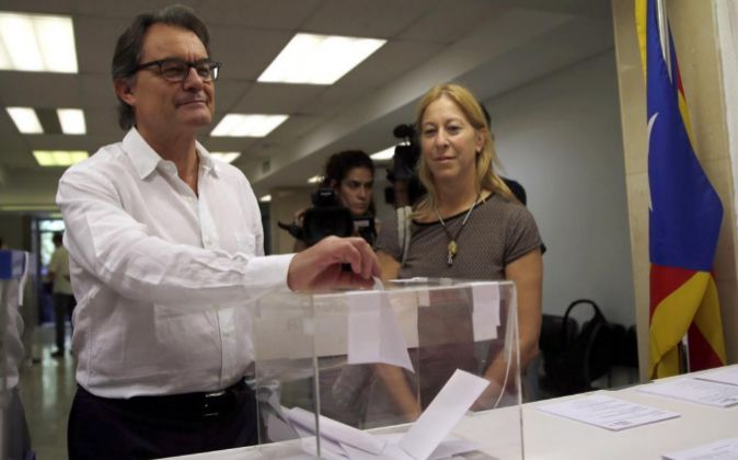 El expresidente catalán Artur Mas y la consejera de Presidencia de la...