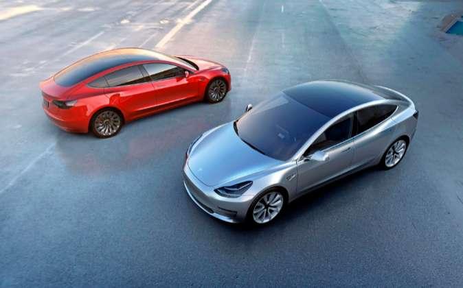 Dos unidades del Model 3, presentado oficialmente el pasado mes de...