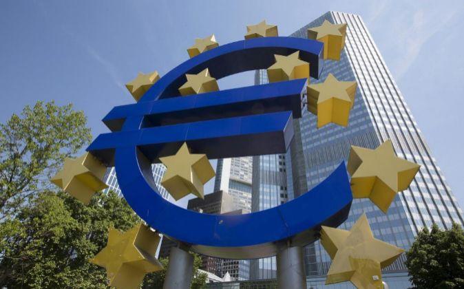 Símbolo del Euro en la sede del BCE en Frankfurt, Alemania.